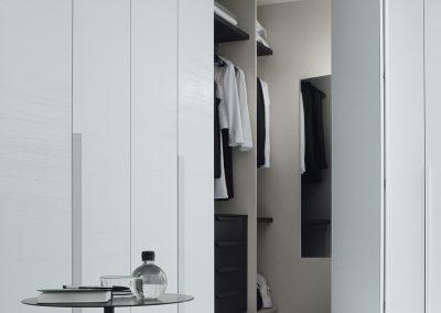 BLR Interiorismo Madrid (J01-Armario puerta batiente Plana lacado blanco mate tirador M04)