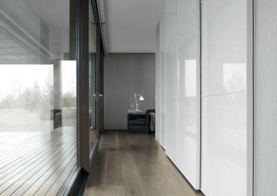 BLR Interiorismo Madrid (J01-Armario puerta corredera MaxiSquare cristal liso blanco perfil lacado brillo blanco)