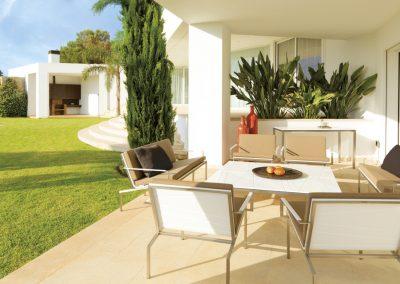BLR Interiorismo Madrid (V05 Long chair y mesa y sillas colección Bandoline)