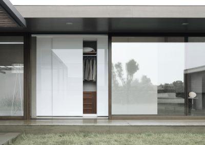 BLR Interiorismo Madrid (J01-Armario puerta corredera Square cristal liso blanco perfiles lacado brillo blanco)